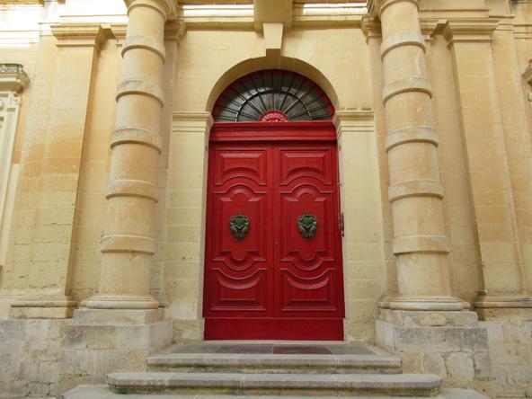 מדינה. דלת כניסה לארמון, המשמש גם היום כבית מגורים משפחתי