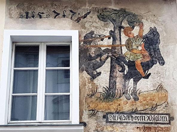 מלק. ציור קיר המתאר את אבשלום הנלכד בשערו בין ענפי העץ | צילום: יעקב שקולניק