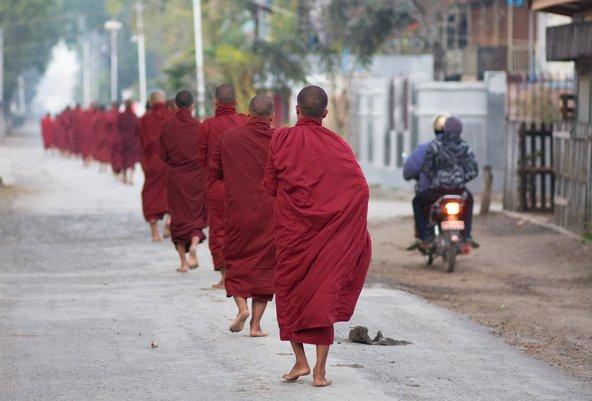 באסיה מפגש עם נזירים בודהיסטים ברחוב הוא עניין שבשגרה