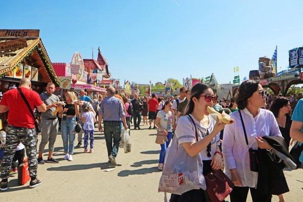 יריד האביב במינכן. דוכנים, מתקני ירידים, בירה ונקניקיות ואווירה עליזה |צילום: Luisa Fumi / Shutterstock.com
