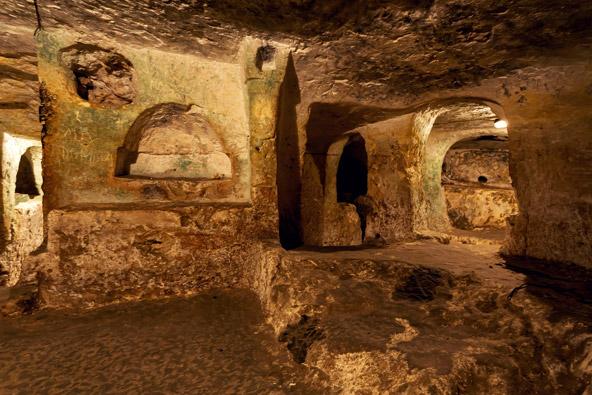 הקטקומבות ברבאט. לאורך אלפי שנים נקברו כאן מתים, בגומחות שנחצבו בסלע