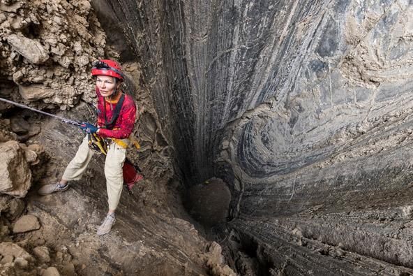 פיר מלח אדיר המחבר בין פני השטח אל מעמקי המערה, צילום אפרים כהן