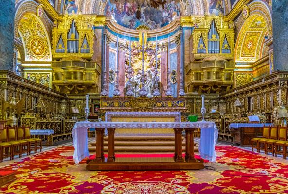 קתדרלת יוחנן הקדוש כה מעוטרת עד שקשה להבחין בפסל הנץ המלטזי המוזהב (משמאל)
