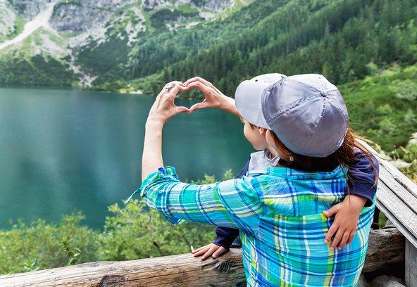 אמא ובן נהנים מהנוף בהרי הטטרה בפולין