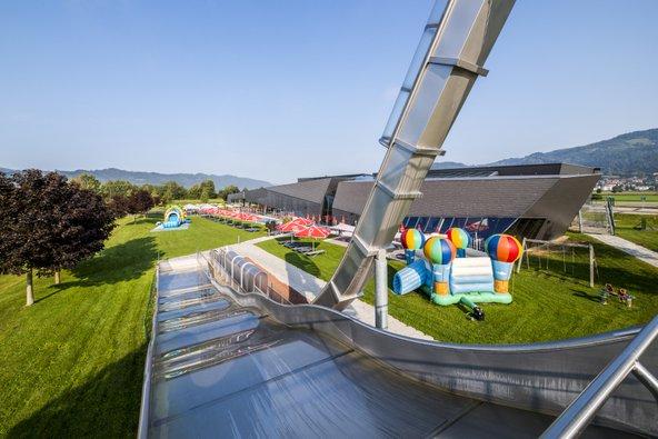 אתר המרחצאות Aqualux ב-Fohnsdorf. לצד בריכות תרמליות יש מגלשותמים מלהיבות לילדים | צילום: Lucas Pripfl