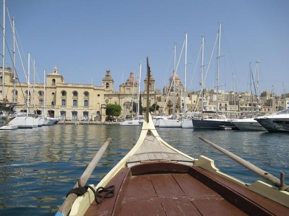 חציית הנמל הגדול בסירת עץ מסורתית אל מעגן היאכטות של ויטוריוזה