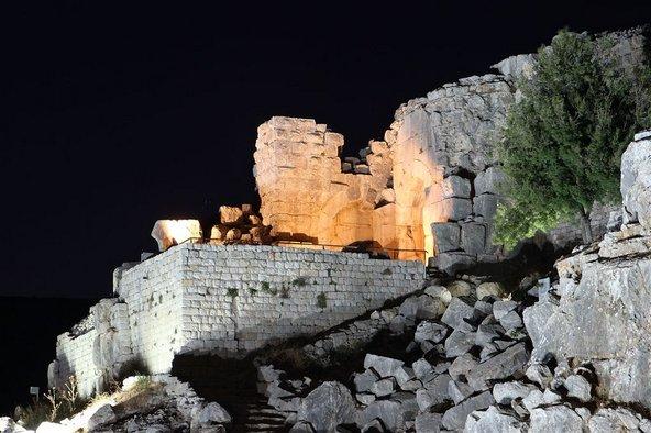 סיור עששיות מאפשר לראות את מבצר נמרוד המרשים באור אחר   צילום: כתום צלמים
