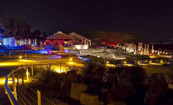 הגן הלאומי בית שאן מואר בלילה | צילום: Dovi100.h, CC BY SA 3.0