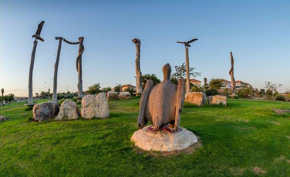 פסלי נשרים וזוחלים בהשראת הטוטמים האינדיאנים בפארק הנשרים | צילום: אייל תמיר