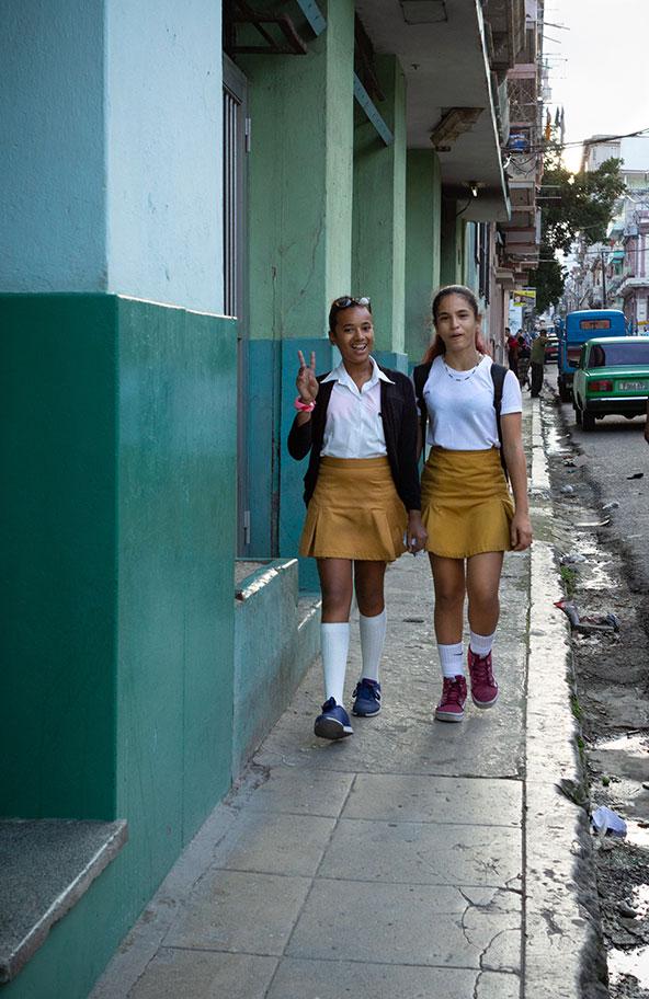אני רואה אותה חוזרת מהגימנסיה. תלמידות בהוואנה | צילום: אורית גוטרבוים-פרטוק