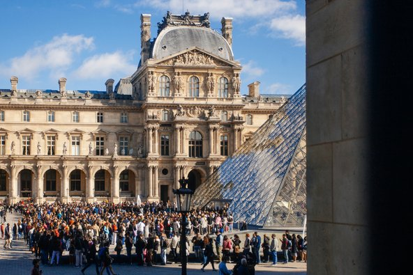 תור בכניסה למוזיאון הלובר. התורים הארוכים בקיץ הפריזאי פוגעים בחוויית הביקור | צילום: Alexandra Lande/Shutterstock.com