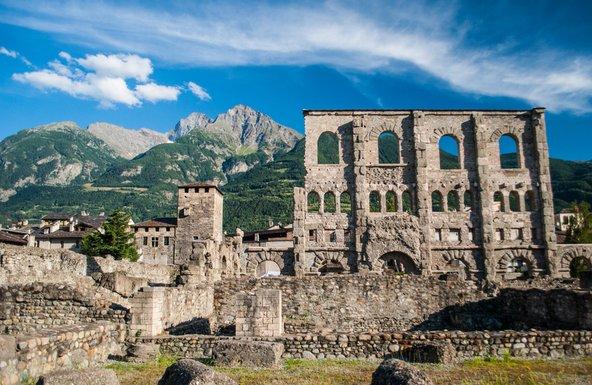 אאוסטה. עתיקות רומיות ותפאורה אלפינית