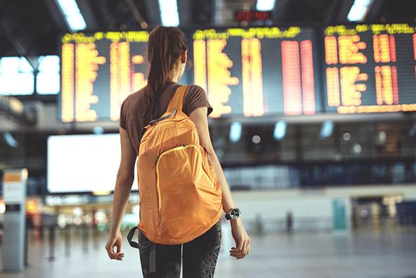 לתיק גב יש יתרונות על פני טרולי שכן הוא גמיש ונכנס ביתר קלות לתא המדידה של חברת התעופה