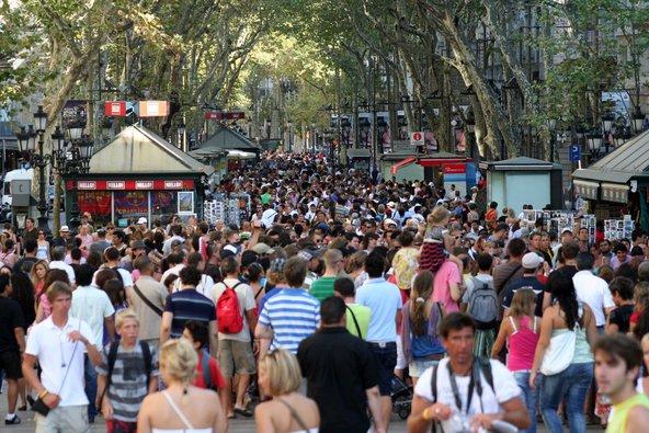 שדרות לה רמבלה בברצלונה. בשיא הקיץ קשה לזוז | צילום: Prometheus72 / Shutterstock.com