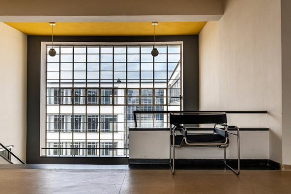 """בתוך בניין בי""""ס באוהאוס בדסאו, מבנה אייקוני של הסגנון הבינלאומי ואתר חובה למתעניינים באדריכלות"""