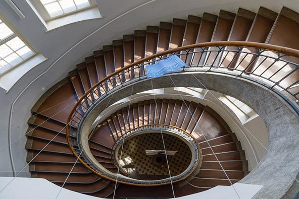"""גרם מדרגות בבניין הראשי של בי""""ס באוהאוס בוויימאר"""