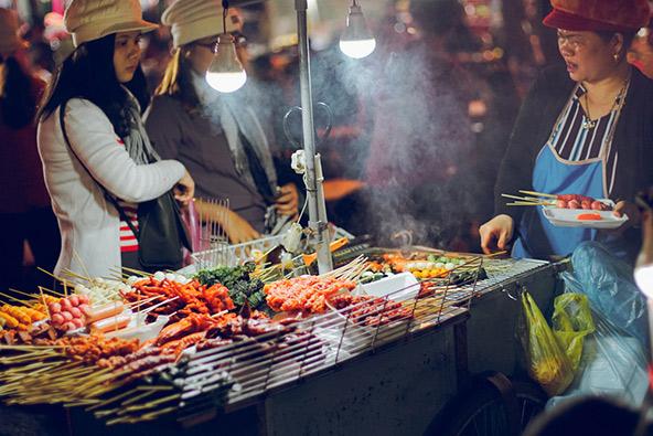 דוכן בשוק הלילה ברובע העתיק של האנוי, מצפון לאגם הואן-קיים