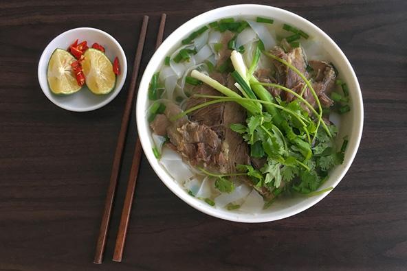 מרק פו - מרק עם בשר, אטריות אורז וירק