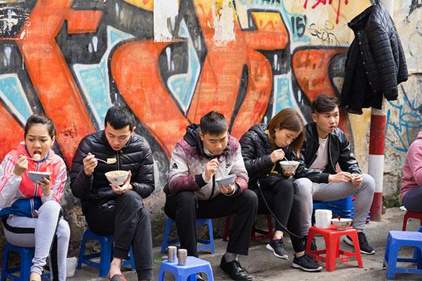 אוכלים ללא הפסקה: בהאנוי נהגו כמנהג המקומיים ועצרו לארוחה מהירה חמש או שש פעמים ביום