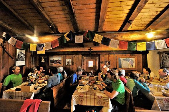 הארוחות המשותפות הן הזדמנות לפגוש מטיילים מכל העולם, להחליף חוויות ולקבל המלצות | צילום: הילה כדורי