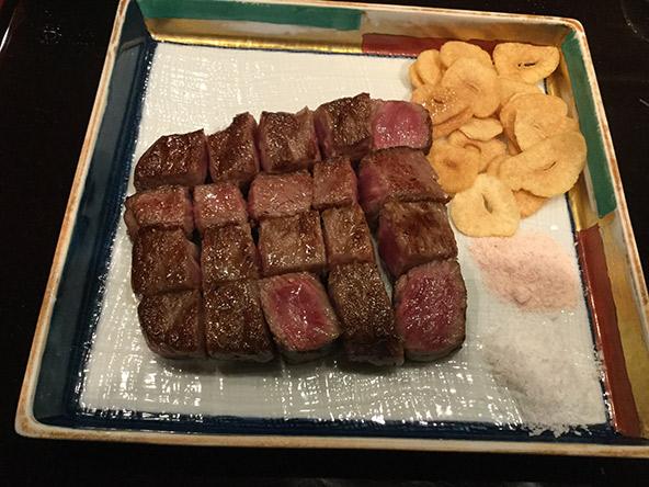 מאכל תאווה: הבשר חתוך לקוביות ולצדו השומים הגדולים | צילום: אביטל ענבר