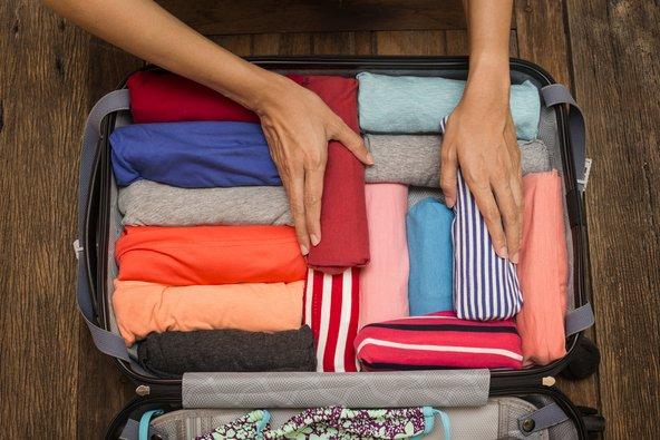 את חולצות הטי עדיף לגלגל כדי לחסוך מקום במזוודה