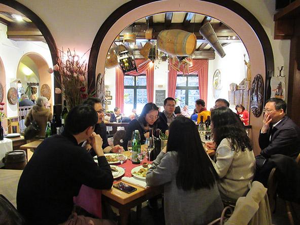 מסעדת Rüdesheimer Schloss. לבעלי המקום יש גם יקב, דבר המשתקף בתפריט היין העשיר