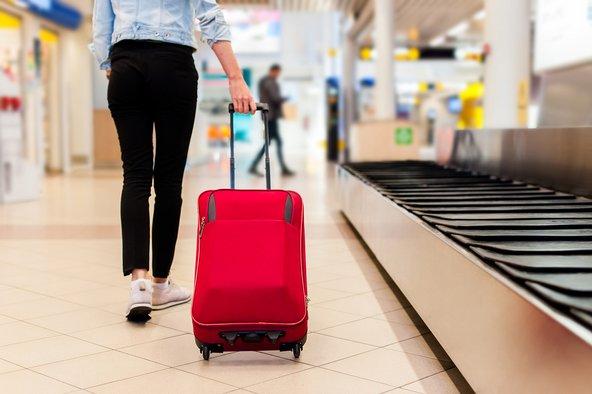 אם תסתפקו במזוודת טרולי, תוכל לדלג על המתנה למזוודה במסוע המזוודות