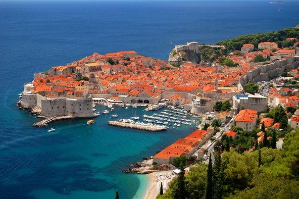 דוברובניק. חומות מהשמורות באירופה, בתים ימי בינימיים אדומי גגות ותצפית לים האדריאטי