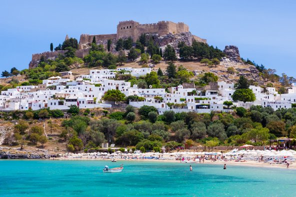 בתיו הלבנים של הכפר לינדוס, עם האקרופוליס שמתנשא מעליו והמפרץ היפה למרגלותיו