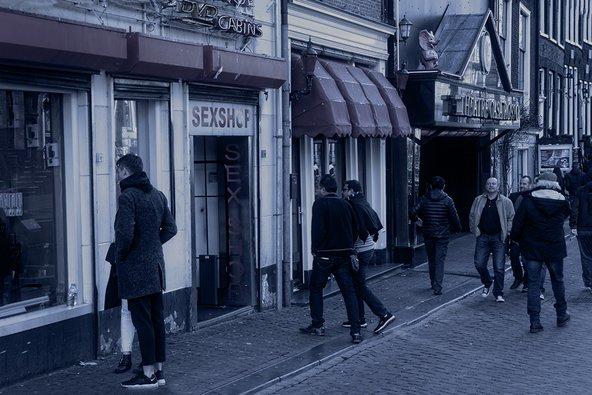רובע החלונות האדומים באמסטרדם. חשוב לדעת שאין לצלם חלונות פעילים ברובע, לשם שמירת פרטיותן של העובדות כמו גם פרטיות הלקוחות | צילום: ענבל טור שלום