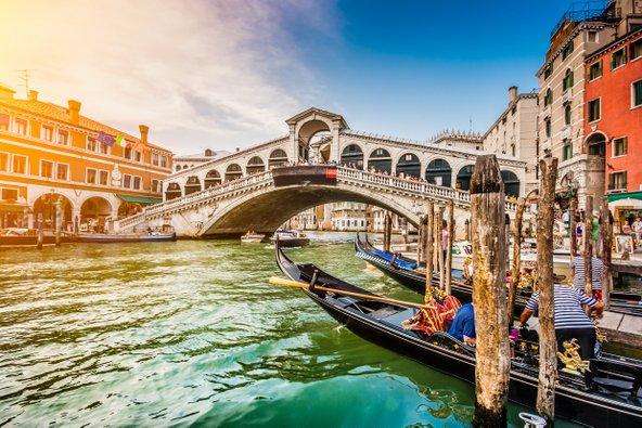 גשר ריאלטו וגונדולות עוגנות בתעלה הגדולה של ונציה