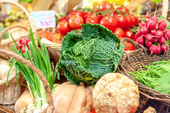 דוכן ירקות ב-Marché d'Aligre, שוק מקסים עם חקלאים אמיתיים שמוכרים תוצרת מהכפרים