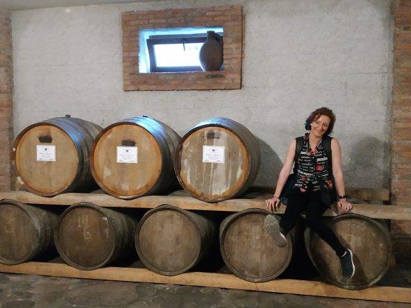 חביות ייו ביקב בסביבת בטומי. ייצור היין בגאורגיה הוא מהעתיקים בעולם