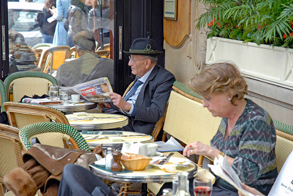 סועדים ב-Les Deux Magots, הקפה שבו נהגו לשבת סארטר ובת זוגו סימון דה בובואר