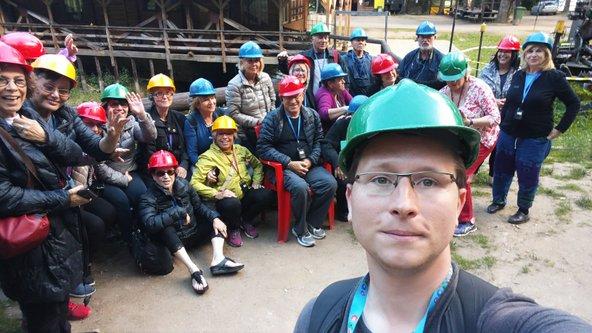 אדם ומטיילים במנהרות התת קרקעיות בפרויקט רייסה