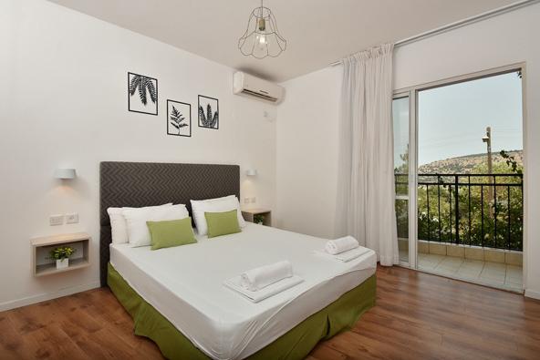 חדר עם נוף: החדרים במלון מטיילים אילון נמצאים במרחק נגיעה מהנוף הפסטורלי