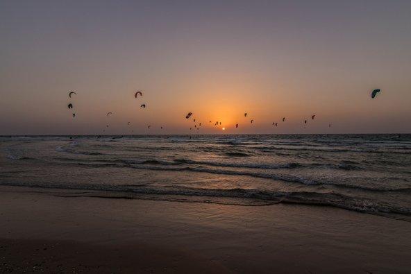 שקיעה בחוף בית ינאי. בעוד כמה שנים מבנים של חקלאות ימית עלולים להסתיר את הנוף הפתוח | צילום: שאטארסטוק