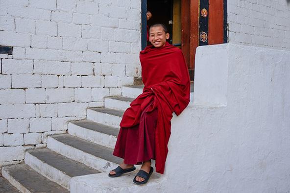 נער נזיר בבהוטן. בנוסף לשאר מעלותיה, הממלכה המבודדת נחשבת לאחד המקומות המאושרים בעולם