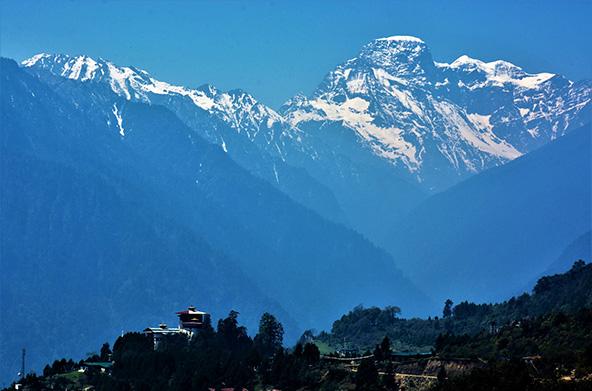 ממלכה קטנה, מאושרת ומנותקת החבויה גבוה בין הרי ההימליה הגבוהים בעולם