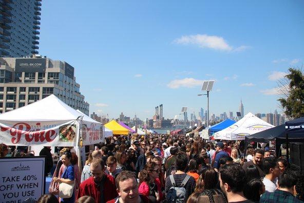 שוק האוכל Smorgasburg בברוקלין. אוכל טוב, אנרגיות טובות ותצפית לעבר הנהר והעיר | צילום: Chie Inoue / Shutterstock.com