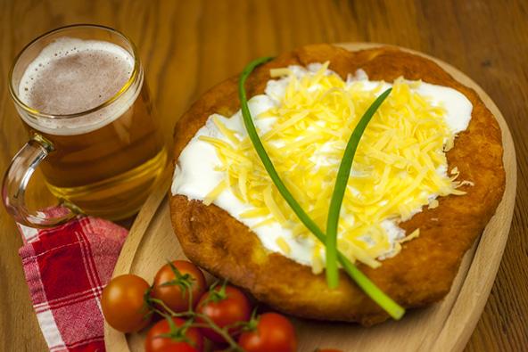 לנגוש ובירה בפאב בבודפשט