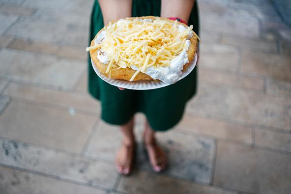 לנגוש, בצק מקמח תפוחי אדמה מטוגן בשמן עמוק, מוגש עם שמנת חמוצה או גבינה מגוררת
