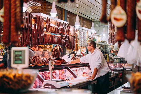דוכן נקניקים בשוק המרכזי של בודפשט. הקונים הם שילוב של תיירים ומקומיים