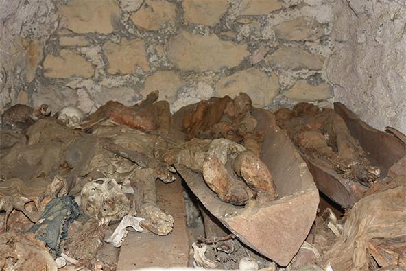 שלדים בתוך סירות עץ, כחלק מהאמונה הפגאנית המקומית שכך יגיעו אל העולם הבא
