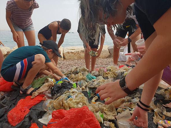 קשה להאמין עד כמה מפרץ אילת מזוהם! שומרי המפרץ ממיינים אשפה שהוצאה מהים
