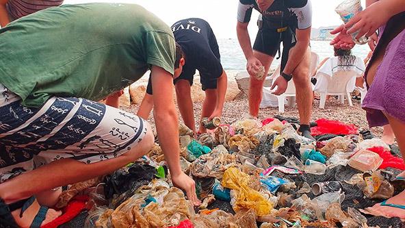 חניכי אילטבע - שומרי המפרץ ממיינים אשפה. נערים עושים עבודה שלא היתה מביישת גורמים מקצועיים בתחום שמירת הסביבה