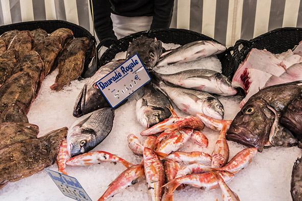 לכל מאכל חנות משלו: את הדגים קונים בפואסונרי, דברי מתיקה בקונפיסרי, בשר בבושרי וגבינות בפרומז'רי