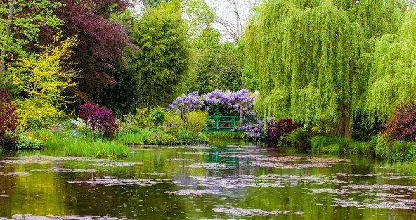 הגן היפני בביתו של קלוד מונה בג'יברני שימש השראה לרבים מציוריו