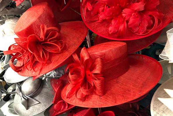 כובעים בחנות של לואיס קלייר